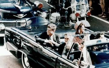 1963년 11월 22일 미국 텍사스주 댈러스에서 저격 당하기 직전 리무진을 타고 영부인과 함께 카 퍼레이드를 하고 있는 존F. 케네디의 모습. - 위키미디어 제공
